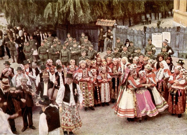 From Magyarvista, 1940/1940. Erdélyi bevonulás, a Magyarvistai általanos iskola bejárata előtt. NHA