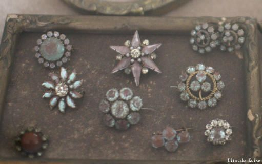 Selection of antique Saphiret brooches - la boutique 展示より…の画像:クチュール感覚のビーズビジュー ・Maki・