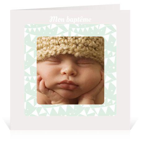 Faire-part de Baptême avec un petit ours - Cardissime - Les fanions sont de sortis : le baptême de bébé est annoncé ! Personnalisez ce faire-part de baptême avec votre texte d'invitation et la photo de bébé.