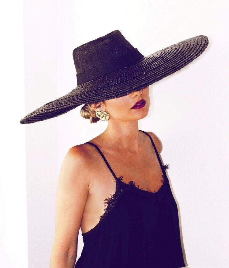 Back to Black ✔️ @mjbazaga, espectacular y todo estilazo con pamela Jackson y pendientes Swams de cherubina.com ❤️