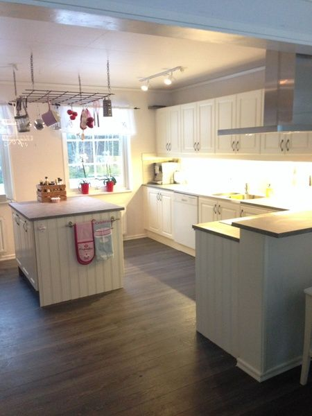 """Vi byggde om vårt 7 år gamla Hjältevadshus. Vi öppnade upp mellan kök och vardagsrum. Men byggde ut huset så att vi fick ett nytt vardagsrum (se annat album). Renoveringen är nu så gott som klar. Inspiration har vi fått från Leila Lindholms bok """"welcome home"""", men även bilder från styleroom. . Kö..."""