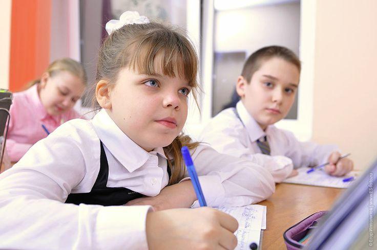 Девочка на уроке в школе, школьная фотография