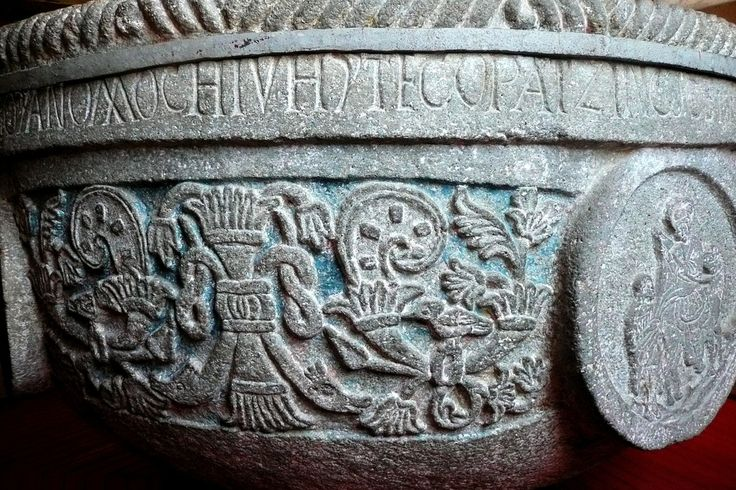 https://flic.kr/p/6KrkxC | Pila bautismal / Zinacantepec | La pila bautismal, enorme recipiente que contenìa de manera permanente agua bendita, estaba situada al principio en el umbral de la iglesia, alineada con la tribuna, a veces en el eje del corredor que llevaba al altar, como para marcar la entrada en la nave; en otras ocasiones, a la derecha de la puerta principal, en una esquina o un nicho lateral. Podìa existir otra pila bautismal afuera, a un lado de la capilla abierta. Su…