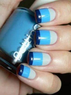 mooi blauwe nagellak, makkelijk om te maken als je een stukje plakband op de rest van je nagel plakt dan krijg je mooie rechte strepen!