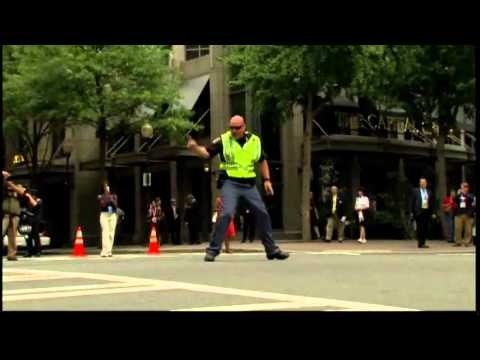 Dancing cop treats motorists in North Carolina /funny video/