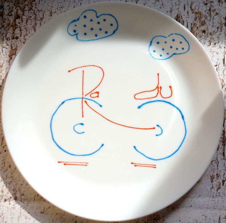 Radu și prietena lui, bicicleta albastră, iau acum masa împreună, în fiecare seară. povestipefarfurie povesti pe farfurie handmade. farfurie pictata de mana de Anaisme pentru copii cu spirit de aventura
