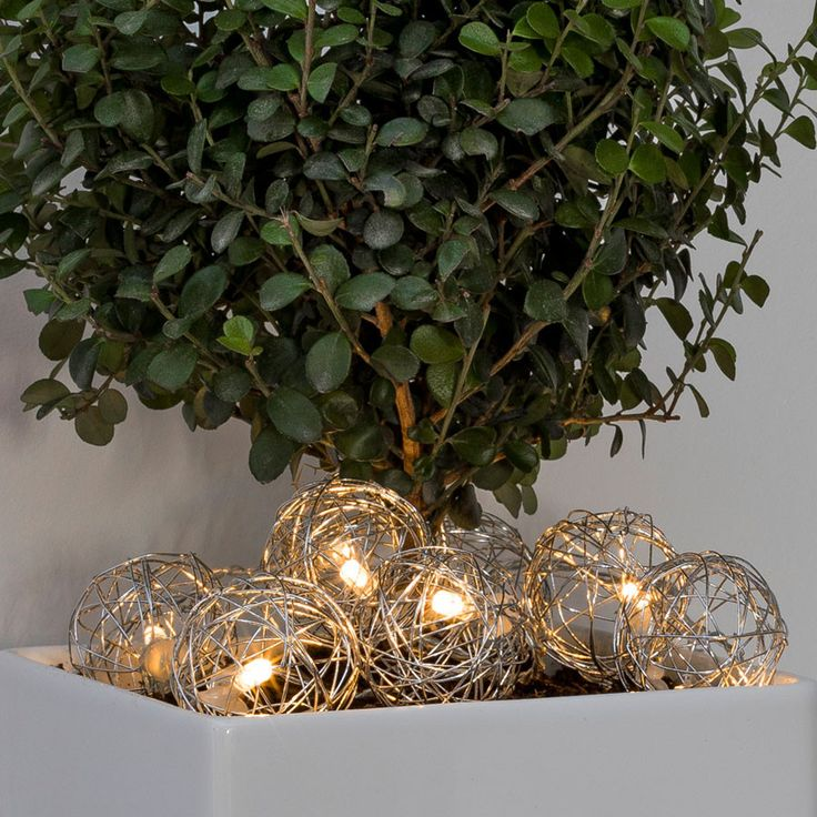 Batteridrevet LED lysslynge med 16 stk sølvfargede aluminiumsballer fra Konstsmide. Den blanke lysslyngen gir et varmhvitt og lunt lys med et lekkert lysspill fra vakre aluminiumsnøstet.
