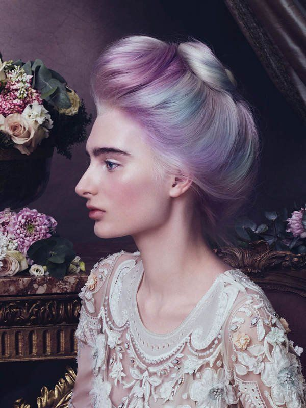 Schimmernd und changierend wie Perlmutt oder eben ein Opal, so begeistert uns der etwas aufwändigere Haarfarbentrend 2016 Opal-Hair. Dabei ist Opal-Hair eigentlich nur eine konsequente Weiterführung des Granny-Hair und Sand Art Hair Trends - nämlich beides miteinander kombiniert: Erst gebleichte, dann grau gefärbte Haare werden mit vielen verschienden bunten Strähnen oder Tupfen gefärbt.Wir finden: Opal Hair kann sogar ziemlich edel aussehen. Was meint ihr?