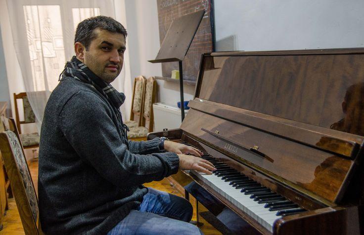"""""""Îmi aduc aminte ziua în care a venit acasă. Aveam șase ani și nici nu m-a întrebat dacă vreau să fac muzică sau nu; m-a întrebat: ‹La ce vrei să cânți, la pian sau la vioară?› Cumva voia să completeze prin mine și prin viața mea ceea ce el n-a putut să facă…""""  Continuarea poveștii o afli dând click pe: http://zigzagprinromania.com/curtea-veche"""
