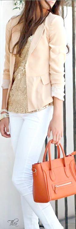 Style ● In The City / Toni chiari, giacca beige, top dorato, pantaloni bianchi.