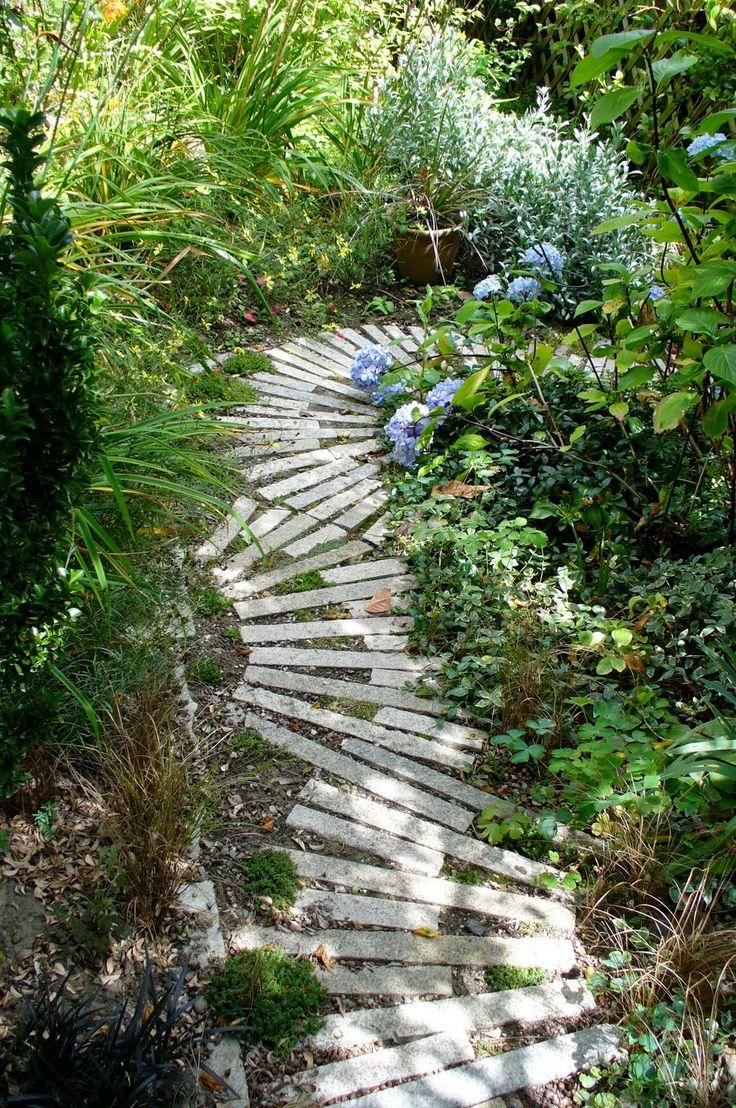 super passage pour jardin réalisé avec du bois de palette. Cool Garden Path Made With Pallets