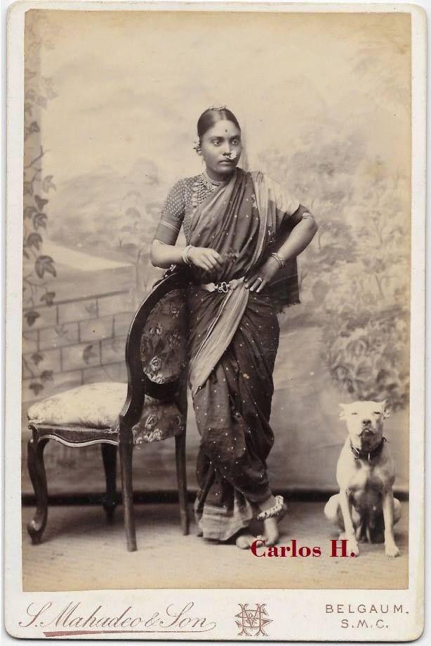 Antigua tarjeta de gabinete. Joven mujer hindú a su lado un perro de tipo Bull Terrier. Fotógrafos Shriniwas Mahadeo & Son, Church Road, Belgaum, S.M.C. C1890.