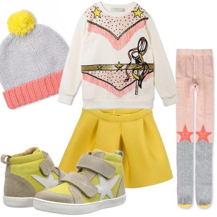 Un outfit dai colori allegri e piacevoli, composto da gonna gialla, blusa bianca con simpatica stampa. Collant multicolore, cappellino coordinato. Sneakers gialla e beige, con applicazione di stella bianca.