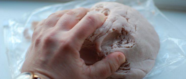 Ik ben dol op zelfgemaakte klei, vooral van die fijne zachtePlay Dough. Bij Quirky Momma vond ik een heel fijn en supersnelrecept voor zelfgemaakte klei zonder koken met Jelly. Ik heb de Amerikaanse maten omgezet naar de Nederlandse maten. Jammer dat ik geen geuren kan doorsturen naar jullie. Het kleurtje mag dan een beetje gek …