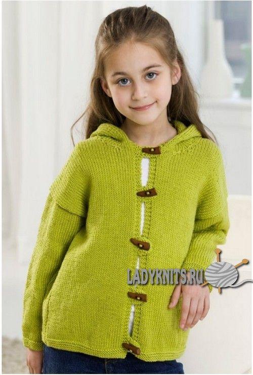 Вязаный спицами простой жакет с капюшоном для девочки от 18 месяцев до 6 лет