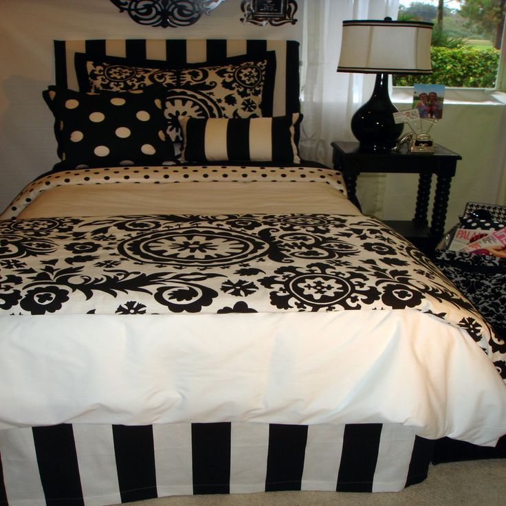 Black and White Damask Bedroom - Ideas for Small Bedrooms Makeover Check more at http://maliceauxmerveilles.com/black-and-white-damask-bedroom/