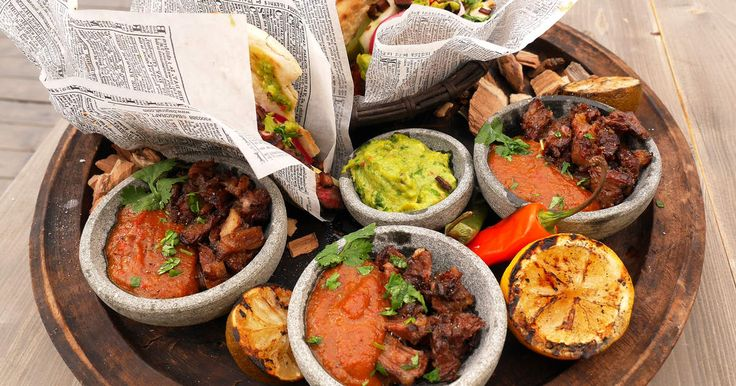 En riktig grillbuffé! Servera allt på tallrikar eller duka upp som en buffé. Här finns allt du kan önska i grillväg! BBQ-sås, ribs, skirt steak, långkokt oxsvans, guacamole, inlagd rödlök, rökta bönor, hemgjord korv och massor med chili och hetta!