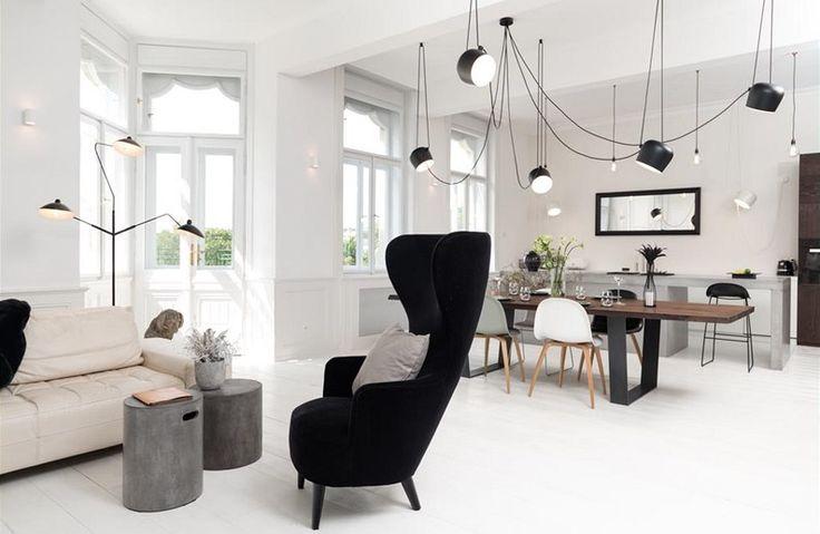 Členitý prostor má jasně určené zóny, kuchyňskou, jídelní i relaxační.