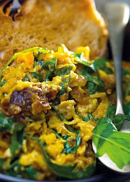 Ovos mexidos com farinheira e rúcula