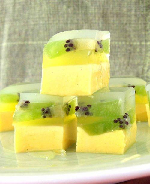 Gelatina japonesa de vainilla y kiwi. Ingredientes: 5 gr. de Agar-Agar en polvo 4 kiwis 3 cucharadas de azúcar 1/2 taza de leche condensada 1/2 taza de leche 1 vaina de vainilla