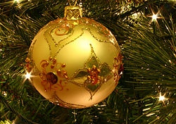 L'ALBERO DI NATALE.  Fra gli ornamenti più diffusi con cui addobbare gli alberi di Natale si possono citare le caratteristiche palline (in realtà non sempre sferiche: esistono varianti, per esempio coniche, a forma di campanella, di pigna e così via), realizzate in vetro soffiato o altri materiali generalmente ricoperti da una vernice colorata e riflettente, o spruzzate d'argento, oro, o bianco. Spesso si usano anche fiocchi colorati di tessuto; sono molto diffusi i festoni e i fili perlati.