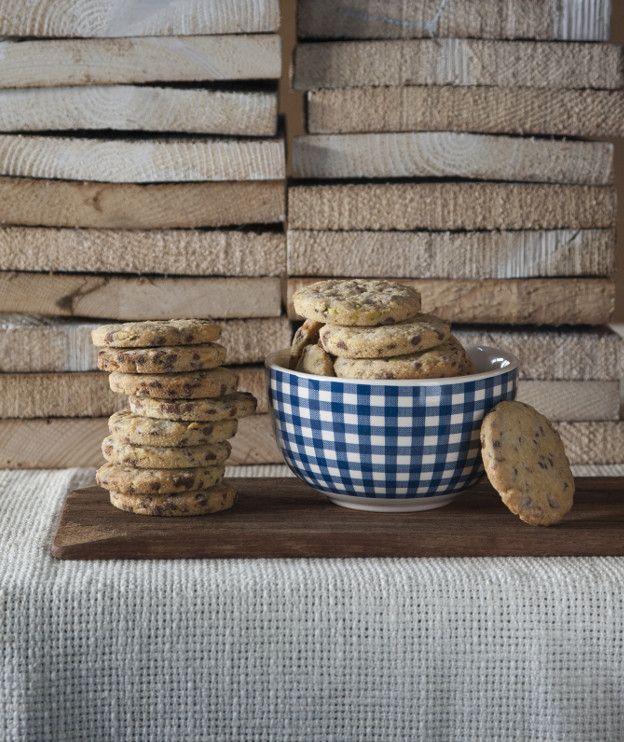 Διακριτικά αρώματα καστανής ζάχαρης, ξηρών καρπών και σοκολάτας αναδεικνύουν αυτά τα cookies στα ωραιότερα του χειμώνα. Μια συνταγή με Αλεύρι ΑΛΛΑΤΙΝΗ!