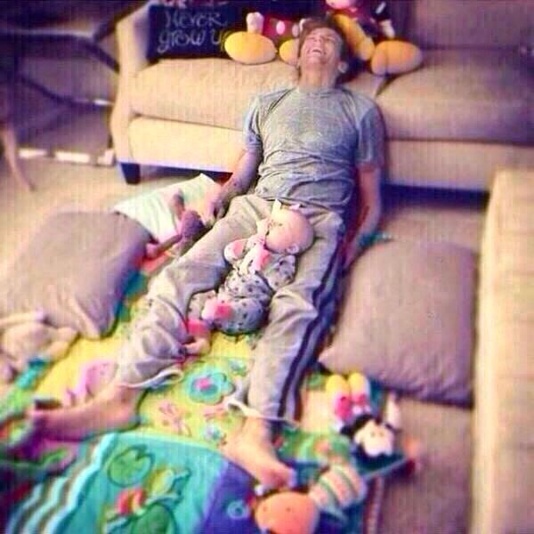 Awww Louis & little sibling(;