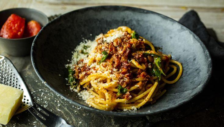 Bucatini all`Amatriciana er en knallgod klassiker som er overraskende enkel å lage. Men det krever råvarer av topp kvalitet.  Får du ikke tak i svinekjaker, kan du bruke pancetta eller bacon.