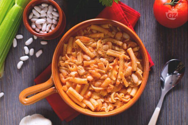 La pasta e fagioli alla napoletana è una gustosa variante partenopea della pasta e fagioli classica, primo piatto italiano invernale e tipico.