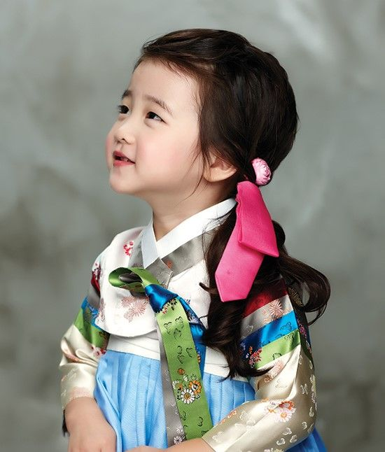 """한복 입는 날의 헤어스타일"" She looks like a Korean version of Suri Cruise. Adorable!"