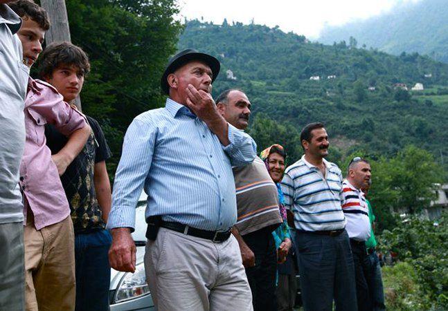"""Tem mais de 4 séculos e é a prova de que o ser humano arruma sempre uma solução para as dificuldades. Em Kuşköy, um vilarejo na Turquia, existe uma comunidade que inventou uma forma brilhante de comunicar a longas distâncias. O assobio já se tornou atração do local, naquilo a que chamam de """"kus dili"""", ou """"linguagem de pássaro"""" em português. Esta forma de comunicar foi criada há mais de 400 anos, quando as pessoas trabalhavam nos campos nos Montes Pônticos, região turca cujo terreno irregular…"""