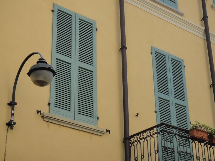In Como...mooie kleuren ~ at Como city...lovely colours (AnnieSloan?)