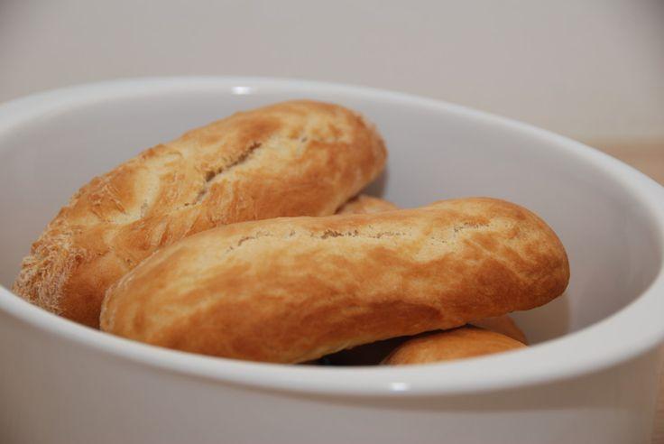 Hurtige pølsebrød, der ikke skal efterhæve. Pølsebrøden er lette, luftige og smagfulde, og meget bedre end fabrikkernes papbrød. Perfekte til hotodogs. Hurtige pølsebrød med gær, som du ikke behøve…
