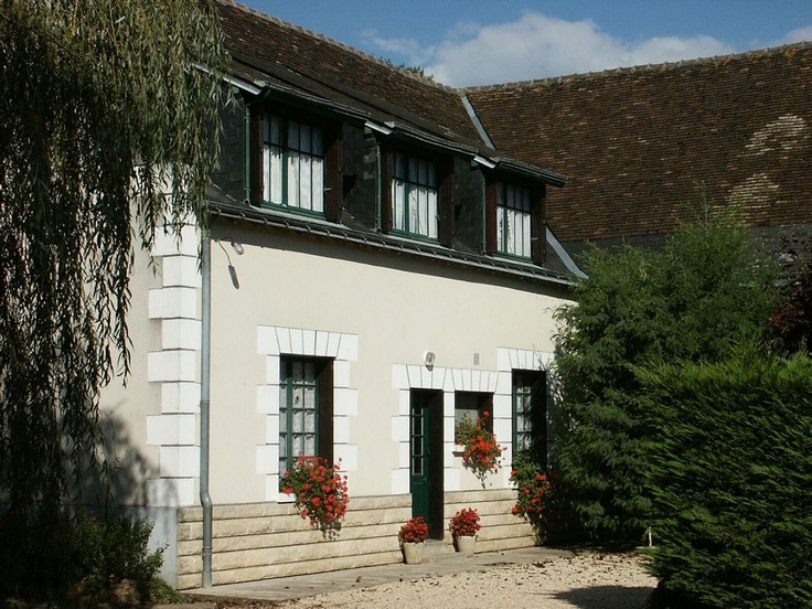 Former farm house (cattle farming) 1500 m away from the village center. Gite located 30 km away from the beautiful city of Tours. Its 100m ² will welcome 6 persons in 4 rooms