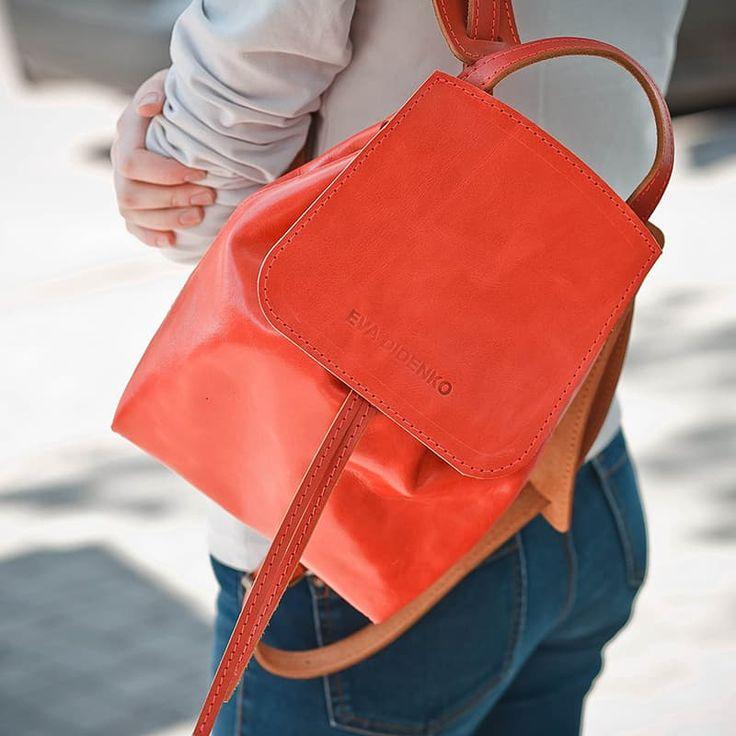 Яркий женский рюкзак Handmade DIDENKO Coral leather выполнен из итальянской кожи класса люкс модного кораллового оттенка. Закрывается на шнурок ременной кожи, ручки рюкзака регулируемые, общей длины 70 см, имеется внутренний карман на молнии для документов и телефона. Изделие прошито вручную крепким