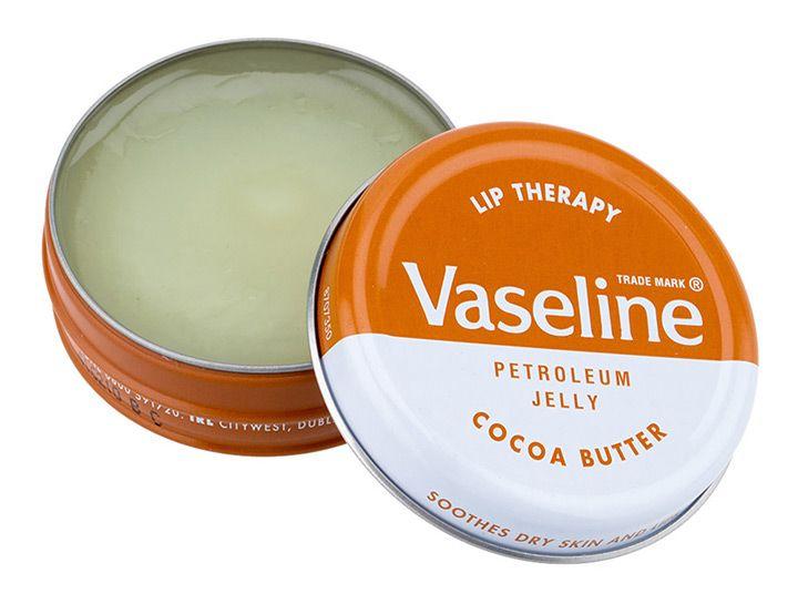 """Η θεραπεία χειλιών από την Vaseline, Aloe Tin, θεραπεύει και προσφέρει μακράς διάρκειας ενυδάτωση, στα ξηρά χείλη. Με φόρμουλα που δεν κολλάει και μη λιπαρή υφή """"γλιστράει"""" εύκολα στα χείλη, χαρίζοντάς τους φυσική λάμψη. Το εκχύλισμα από κακάο και βανίλια δίνει ένα ελκυστικό άρωμα, που σας αφή"""