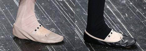r. 2017 - Díky módní přehlídce Valentina, kde návrhář zapojil boty, co stylově vychází z baletních špiček, se trendu balerín na nohou jen tak nezbavíme; Profimedia