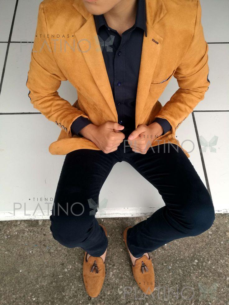 Saco de Terciopelo Café, camisa lisa marino y loafer en piel de durazno con mota.