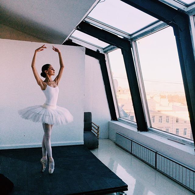 минуты волшебства-души и неба чувства 🌸 ____________________________________ #spb #saintpetersburg #october #autumn #dayoff #vba #vaganova #vaganovaballetacademy #balletacademy #vaganovaacademy #vaganovastudents #dream #believer #hopeful #swan #tutu #sky #photoshoot #ballet #dance #worldwideballet