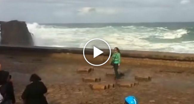 Esta Turista Só Queria Uma Fotografia Perto Do Mar Mas Teve Muito Mais Do Que Isso