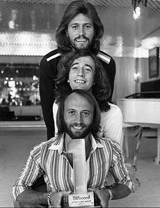 Bee Gees em 1978 (de cima para baixo) Barry, Robin e Maurice Gibb.