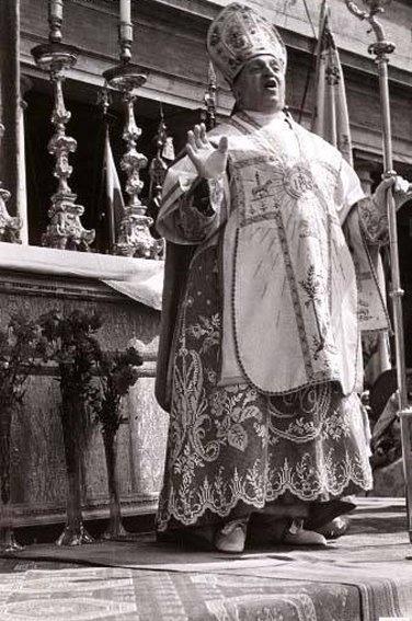 Cardinal Micara, celebrating mass