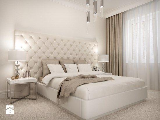 duży, wystający poza obrys łóżka zagłówek, zbudowa sufitu obok zasłon