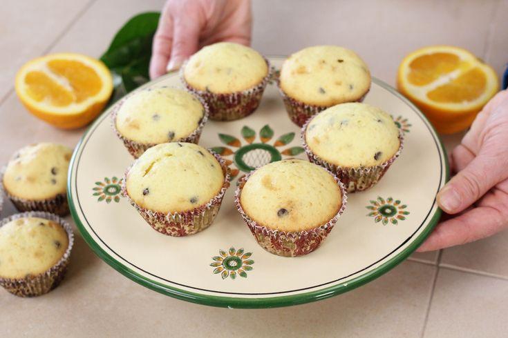 I muffins arancia e e gocce di cioccolatasono dei dolcetti morbidi e profumati, ideali per merenda accompagnati da un succo di frutta fatto