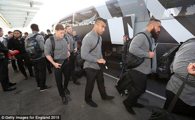 All Blacks recueillir leurs sacs de l'entraîneur de l'équipe après son arrivée à l'aéroport, comme ils se dirigent vers la Nouvelle-Zélande