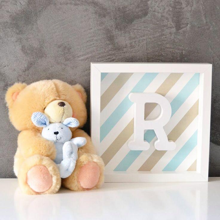 Cuadro con letra en relieve, con rayas es azul y marrón.  Precio:25€