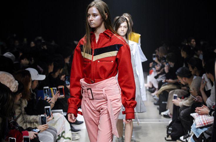【「KEISUKEYOSHIDA」2017 A/W TOKYO COLLECTION 自由に装うことから、明るい未来を模索したケイスケヨシダ】  赤のタータンチェックが目に飛び込んできた、ファーストルック。裾がジッパーで開けられているパンツに銀ラメのプラットフォームブーツ。ヘアバンドには、デザイナー吉田圭佑の頭文字。学校の制服のイメージが強いブランドがパンク?と、一瞬、目を疑ったが、取り越し苦労だった。  つづきはこちら☞ http://soen.tokyo/fashion/collection/keisuke2017aw.html