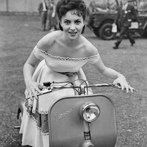 Gina Lollobrigida su una Vespa, nel 1952