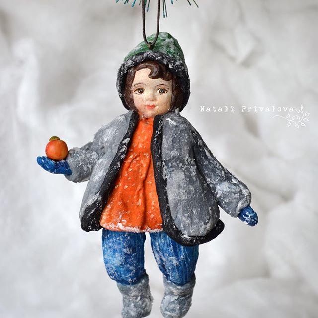 Ватный мальчишка с яблочком. Рост 13 см. #ватнаяигрушка #купитьватнуюелочнуюигрушку #елочнаяигрушка #клейстер #вата #натальяпривалова