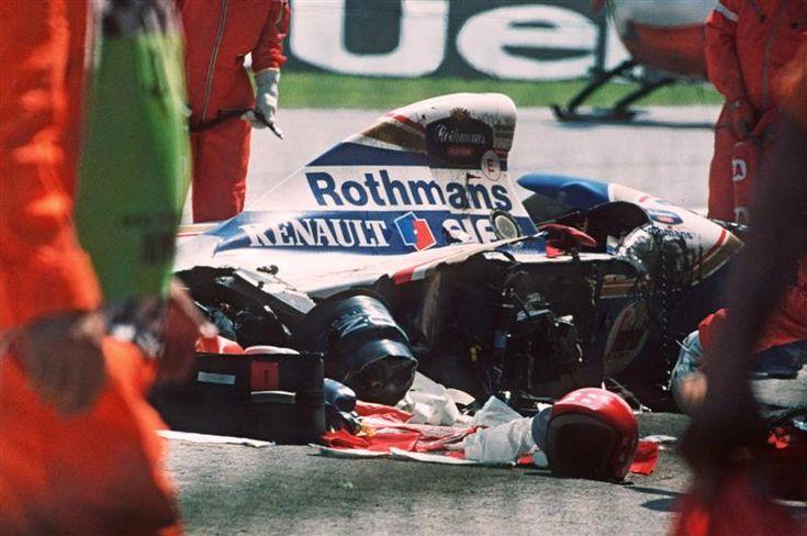 1/5/1994 El brillante piloto brasileño de Fórmula 1 Ayrton Senna fallece víctima de un accidente en el circuito de Imola. A Senna se le cayó el volante debido a la rotura de la barra de dirección. Logró reducir la velocidad de 314 a 211km/h pero ya era tarde: se le acabó la pista e impactó contra el muro a una velocidad de 211 km/h.